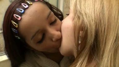 Kissing - Priscilla And Loira Nova