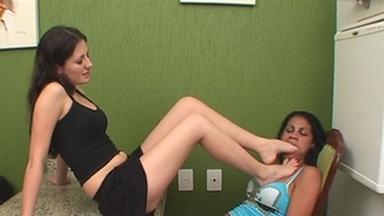 FOOT FETISH / Deep Feet - Viviane And Slave Luna