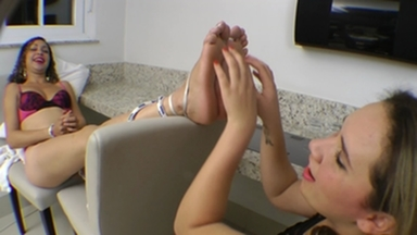 TICKLING EXTREME / Tickling Big Soles By Jennifer Avila And Fabiane Silva