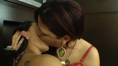 Hot Kisses Giant By Adriana Giant And Barbara Ferraz