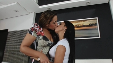 Hot Kisses Giant Vs Little By Nanda Lopes And Pocahontas